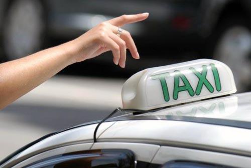 Táxi - O taxista é o profissional que transmite as primeiras impressões da cidade que o turista está visitando.