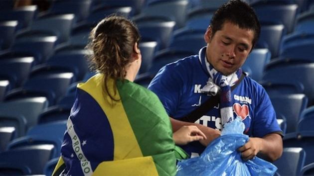 Brasileiros aderem à educação japonesa e limpam estádio