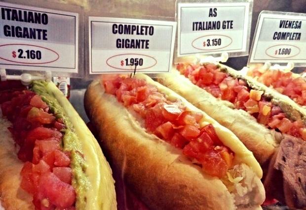 """Hot dog chileno, mais conhecido como completo. Os completos são bem diferentes do cachorro-quente brasileiro. A maior diferença é que eles colocam """"abacate"""" no pão. Vale a pena provar o completo se você estiver em Santiago."""