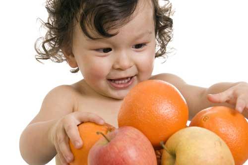 criança e frutas