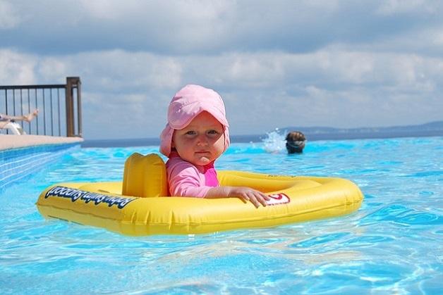 criança piscina