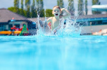 criança piscina shutterstock_197423195