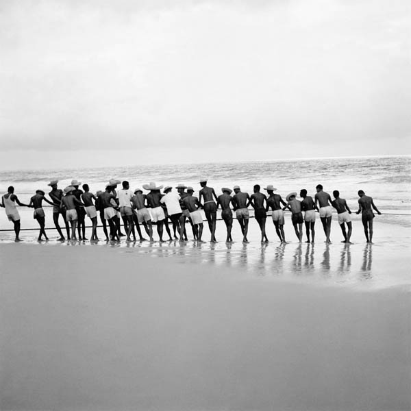 Puxada do Xaréu, c. 1940. Bahia - Brasil. Foto de Marcel Gautherot / acervo IMS