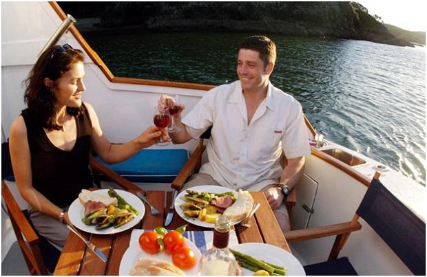 refeição no barco
