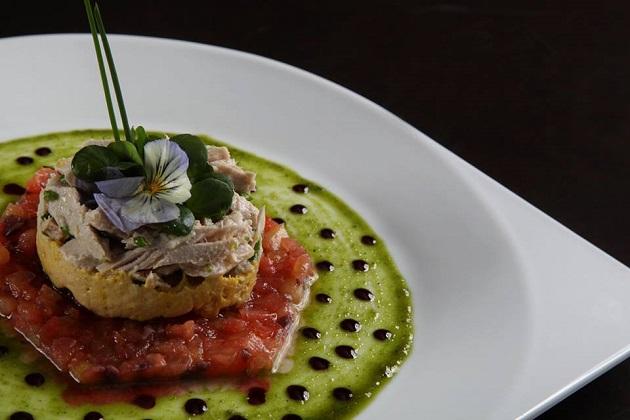 Tartare de tomate e azeitona com salada de atum desfiado e molho de pesto