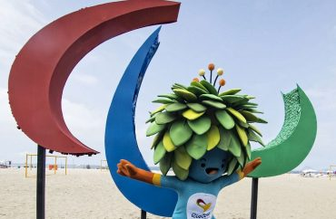 O mascote Tom diante do símbolo da Paralimpíada Rio 2016 na praia de Copacabana (Foto: Marcio Rodrigues/MPIX/CPB)